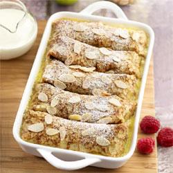 Gâteau de crêpes, gratiné aux fruits et aux amandes.