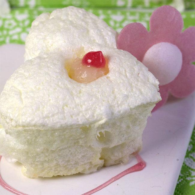 Zoom recette light : duo de meringues en Chantilly à la rose, coeur de litchi