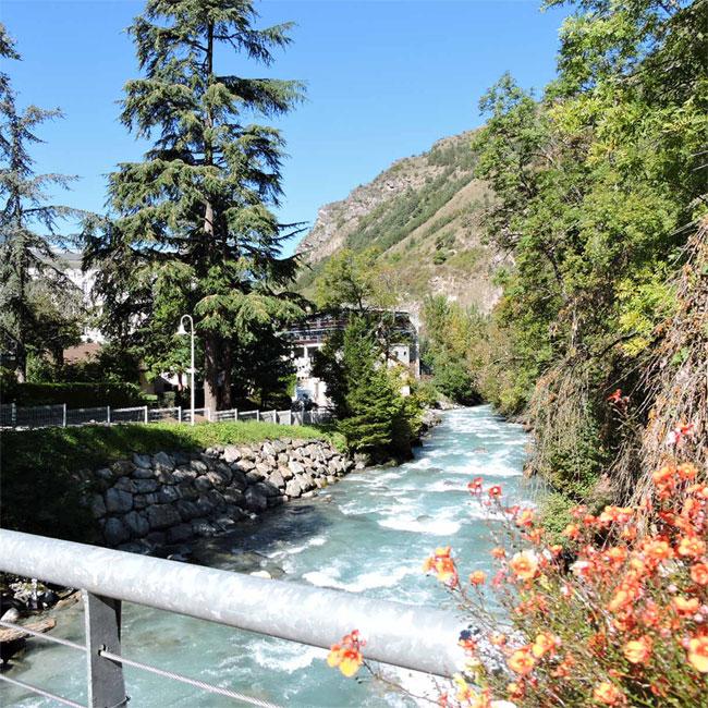 """Brides-les-Bains : rivière """"Le Doron de Bonzel"""" qui longe le Centre thermal (D.R.)"""