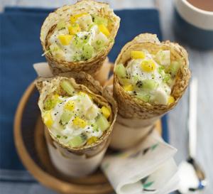 Crêpes à la crème vanille avec banane, kiwi et mangue