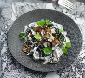 Spaghetti noirs aux champignons, tomates séchées et crème au parmesan