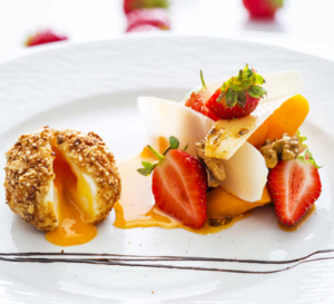 Oeuf mollet au sésame, fraises Gariguette, carottes confites et parmesan