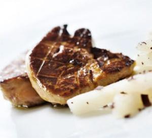 recette gastronomique : foie gras poêlé et chutney de poire, copeaux de chocolat