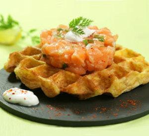 tartare de saumon de Norvège, gaufre de pommes de terre, sauce aigrelette