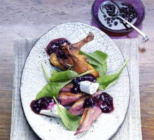 magrets de canard, salade de pousses d'épinards au fromage de chèvre et sauce myrtilles