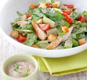 salade croquante façon César au poulet grillé, sauce gourmande aux oignons caramélisés