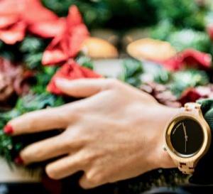La nouvelle élégance passe par une montre en bois au poignet