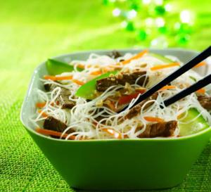 Spécial cuisine asiatique : bò bùn boeuf vermicelles, carottes, concombre, soja