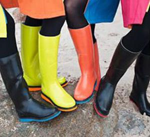 bottes et cape poncho : Ilse Jacobsen colore joyeusement les jours de pluie