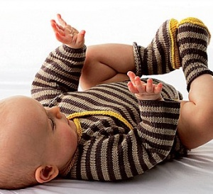 ensemble rayé, un body et des chaussons à tricoter