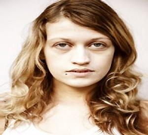 le relooking coiffure d'Émilie : blond lumineux et cheveux lissés