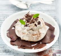 Gâteau Pavlova straciatella et copeaux de chocolat