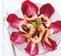 Salade fantaisie aux endives Carmine®, pruneaux et crevettes
