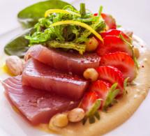 Duo de sashimi de thon et fraises Gariguette sur lit d'houmous et wakamé