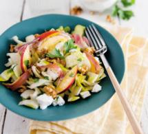 Salade d'été d'endives, tranches de nectarines, jambon et chèvre