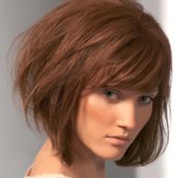 visage triangulaire et cheveux foncés : idées de coiffures personnalisées et tendances