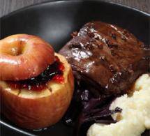 pavé de sanglier, compotée de chou rouge, purée de céleri et pommes au four