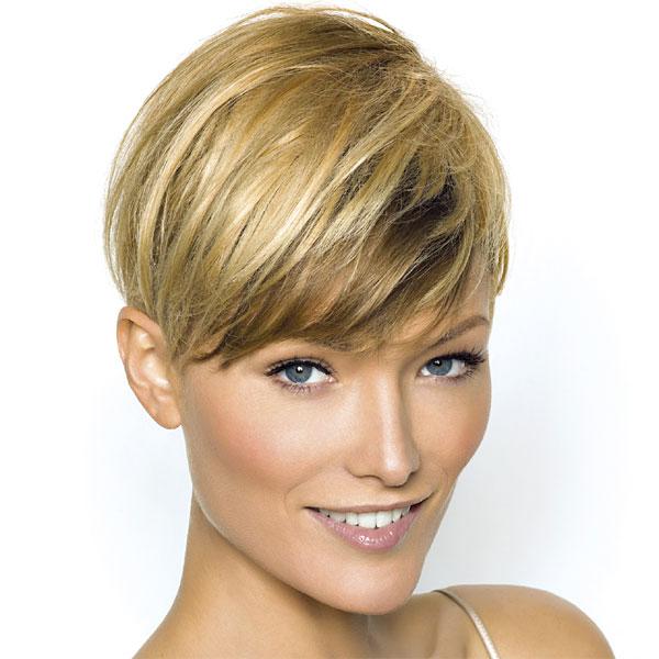 Coupe cheveux court raide femme